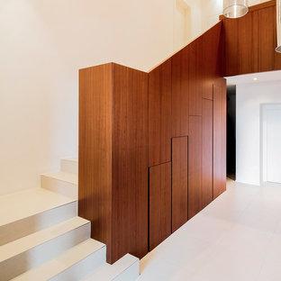 "Esempio di una scala a ""L"" minimalista di medie dimensioni"