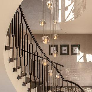 Ispirazione per una grande scala a chiocciola classica con pedata in ardesia, alzata in ardesia e parapetto in metallo