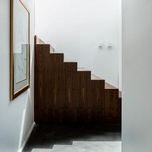 Gerade, Geräumige Moderne Holztreppe mit Holz-Setzstufen und Glasgeländer in München