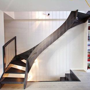他の地域の広い木のコンテンポラリースタイルのおしゃれな階段の写真