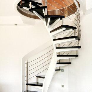 Mittelgroße Mid-Century Treppe mit offenen Setzstufen in Sonstige