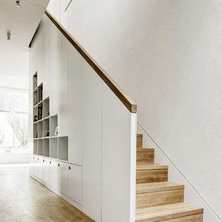 Modelo de escalera recta, actual, de tamaño medio, con escalones de madera y contrahuellas de madera