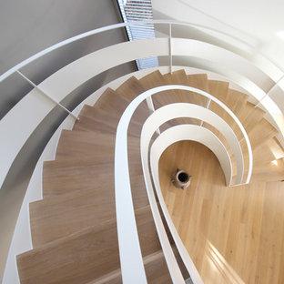 Свежая идея для дизайна: лестница в стиле модернизм - отличное фото интерьера