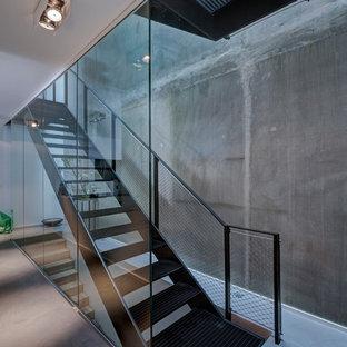 Imagen de escalera recta, contemporánea, de tamaño medio, sin contrahuella, con escalones de metal