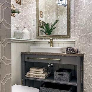 Inspiration pour un petit WC et toilettes traditionnel avec un sol en carrelage de porcelaine, un plan de toilette en stratifié, un placard sans porte, des portes de placard grises, un mur gris, une vasque, un sol multicolore et un plan de toilette gris.