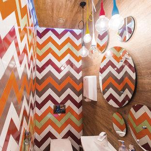 Неиссякаемый источник вдохновения для домашнего уюта: туалет в современном стиле с инсталляцией, разноцветной плиткой, коричневыми стенами, темным паркетным полом и подвесной раковиной