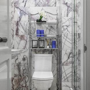 Новый формат декора квартиры: туалет в стиле современная классика с раздельным унитазом, разноцветными стенами, раковиной с пьедесталом, разноцветным полом и мраморной плиткой