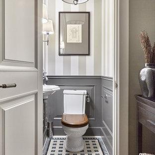 Новый формат декора квартиры: туалет в стиле современная классика с раздельным унитазом, подвесной раковиной и разноцветным полом