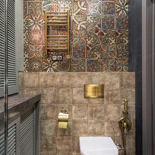Неиссякаемый источник вдохновения для домашнего уюта: туалет в стиле фьюжн с инсталляцией, коричневой плиткой и разноцветной плиткой
