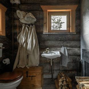 На фото: туалеты в стиле рустика с раздельным унитазом, серыми стенами и подвесной раковиной