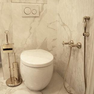 Aménagement d'un WC et toilettes contemporain de taille moyenne avec un carrelage blanc, un carrelage de pierre, un sol en carrelage de porcelaine, un plan de toilette en marbre, un sol blanc, un WC suspendu et un mur blanc.
