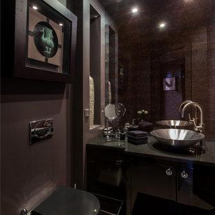 Стильный дизайн: туалет среднего размера в современном стиле с плоскими фасадами, черными фасадами, инсталляцией, черными стенами, настольной раковиной, коричневым полом, черной столешницей и встроенной тумбой - последний тренд