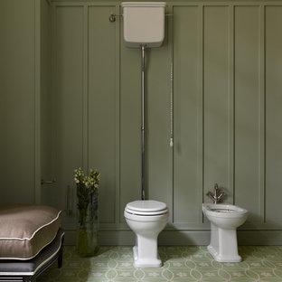 Foto de aseo clásico con bidé, paredes verdes y suelo verde
