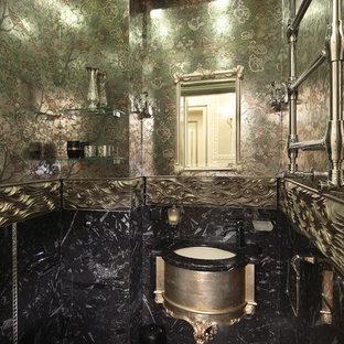 Пример оригинального дизайна: маленький туалет в викторианском стиле с инсталляцией, зеленой плиткой, мраморной плиткой, зелеными стенами, мраморным полом, подвесной раковиной и черным полом