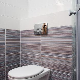 他の地域の小さいコンテンポラリースタイルのおしゃれなトイレ・洗面所 (壁掛け式トイレ、ピンクのタイル、セラミックタイル、紫の壁、セラミックタイルの床、紫の床、壁付け型シンク、人工大理石カウンター) の写真