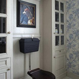 Пример оригинального дизайна интерьера: туалет в классическом стиле с серыми фасадами, раздельным унитазом, синими стенами и бежевым полом