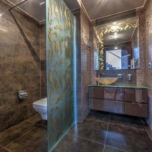 Cette image montre un WC et toilettes design avec un placard à porte plane, un WC suspendu, un carrelage marron, une vasque et un sol gris.