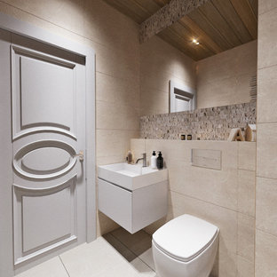 Kleine Klassische Gästetoilette mit Wandtoilette, beigefarbenen Fliesen, beiger Wandfarbe, Porzellan-Bodenfliesen, Wandwaschbecken, beigem Boden, schwebendem Waschtisch, eingelassener Decke, flächenbündigen Schrankfronten, weißen Schränken, Porzellanfliesen, gefliestem Waschtisch und weißer Waschtischplatte in Sonstige