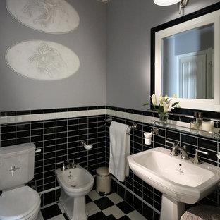 Создайте стильный интерьер: туалет в классическом стиле с серыми стенами, раковиной с пьедесталом, биде, черной плиткой, черно-белой плиткой, разноцветной плиткой, белой плиткой и разноцветным полом - последний тренд