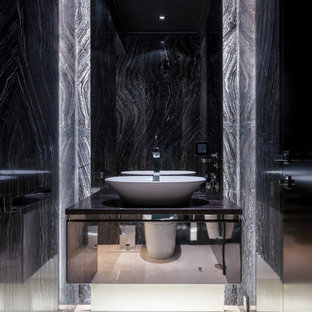 Свежая идея для дизайна: маленький туалет в современном стиле с плоскими фасадами, черными фасадами, серой плиткой, мраморной плиткой, мраморным полом, мраморной столешницей, бежевым полом, черной столешницей и настольной раковиной - отличное фото интерьера