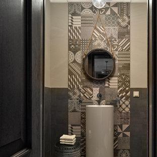 Пример оригинального дизайна: туалет в современном стиле с коричневой плиткой, бежевыми стенами, раковиной с пьедесталом и разноцветным полом