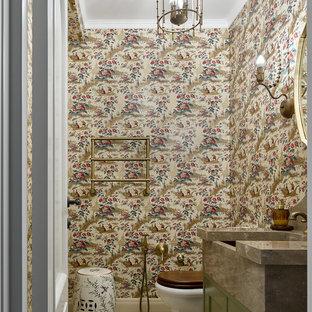 Стильный дизайн: туалет в современном стиле с фасадами с утопленной филенкой, зелеными фасадами, разноцветными стенами и бежевым полом - последний тренд