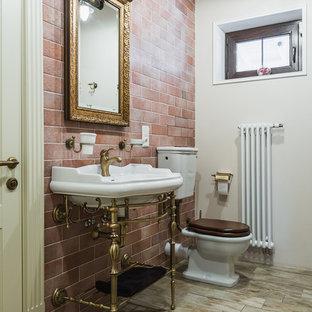 Cette photo montre un WC et toilettes chic de taille moyenne avec un WC à poser, des carreaux de porcelaine, un mur multicolore, un sol en carrelage de porcelaine, un plan vasque, un carrelage marron, un plan de toilette en quartz, un sol beige, un plan de toilette blanc, meuble-lavabo sur pied et un plafond en poutres apparentes.