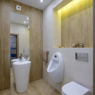 Cette image montre un WC et toilettes design de taille moyenne avec un carrelage beige, un carrelage blanc, des carreaux de céramique, un sol en carrelage de porcelaine, un urinoir, un lavabo de ferme et un sol beige.