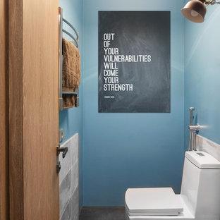 Пример оригинального дизайна: туалет в современном стиле с унитазом-моноблоком, синими стенами и серым полом