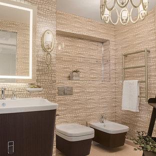 Неиссякаемый источник вдохновения для домашнего уюта: туалет среднего размера в современном стиле с плоскими фасадами, темными деревянными фасадами, бежевой плиткой, плиткой мозаикой, бежевым полом, инсталляцией, бежевыми стенами и консольной раковиной