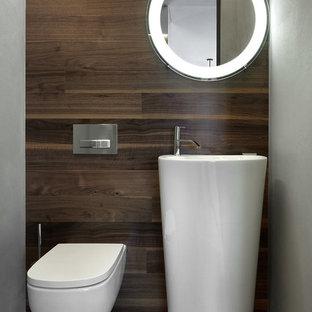 Неиссякаемый источник вдохновения для домашнего уюта: большой туалет в современном стиле с инсталляцией, коричневыми стенами, монолитной раковиной и коричневым полом