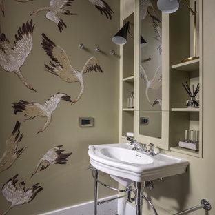 Свежая идея для дизайна: туалет в стиле современная классика с открытыми фасадами, бежевыми фасадами, разноцветными стенами, консольной раковиной и разноцветным полом - отличное фото интерьера