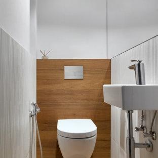 Свежая идея для дизайна: туалет в современном стиле с инсталляцией, белыми стенами и подвесной раковиной - отличное фото интерьера