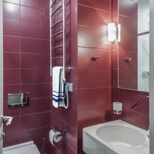 Aménagement d'un WC et toilettes contemporain de taille moyenne avec un WC suspendu, un carrelage rouge, des carreaux de céramique, un sol en carrelage de céramique, un lavabo intégré et un sol rouge.