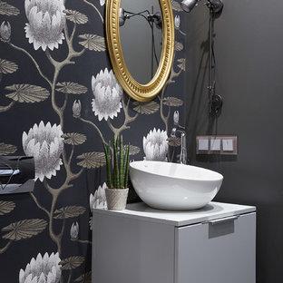 Неиссякаемый источник вдохновения для домашнего уюта: туалет в современном стиле с плоскими фасадами, белыми фасадами, настольной раковиной, белой столешницей и разноцветными стенами