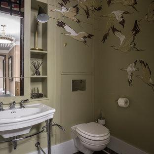 Стильный дизайн: маленький туалет в стиле современная классика с инсталляцией, зелеными стенами, мраморным полом, коричневым полом и подвесной раковиной - последний тренд