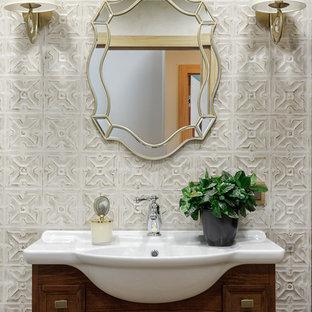 Пример оригинального дизайна: туалет в современном стиле с темными деревянными фасадами, бежевой плиткой, фасадами с утопленной филенкой и монолитной раковиной