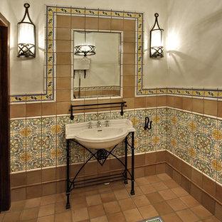 Ejemplo de aseo de estilo de casa de campo, pequeño, con baldosas y/o azulejos marrones, baldosas y/o azulejos de cerámica, paredes marrones, suelo de baldosas de cerámica, lavabo encastrado y suelo marrón