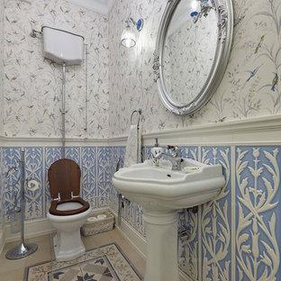 Идея дизайна: туалет среднего размера в классическом стиле с раздельным унитазом, черной плиткой, керамогранитной плиткой, синими стенами, полом из керамической плитки, раковиной с пьедесталом и синим полом