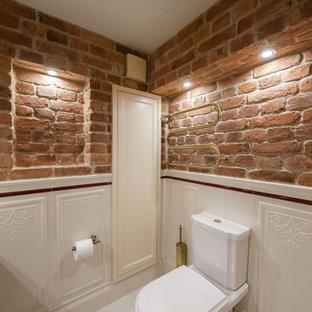 Idee per un bagno di servizio industriale con WC monopezzo, piastrelle bianche, pareti rosse, pavimento con piastrelle in ceramica, lavabo sottopiano, top in marmo, pavimento bianco e top beige