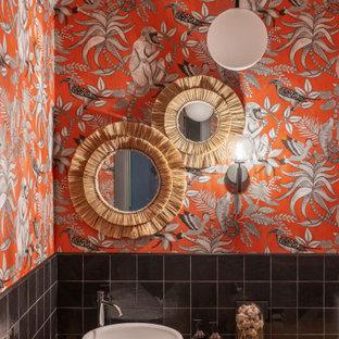 Große Moderne Gästetoilette mit Schrankfronten mit vertiefter Füllung, hellen Holzschränken, schwarzen Fliesen, Keramikfliesen, oranger Wandfarbe, Keramikboden, Einbauwaschbecken, Waschtisch aus Holz, braunem Boden, brauner Waschtischplatte, freistehendem Waschtisch und Tapetendecke in Sonstige