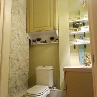 エカテリンブルクの小さいトラディショナルスタイルのおしゃれなトイレ・洗面所 (レイズドパネル扉のキャビネット、オレンジのキャビネット、マルチカラーのタイル、セラミックタイル、緑の壁、セラミックタイルの床、一体型シンク、人工大理石カウンター、ベージュの床、ベージュのカウンター) の写真