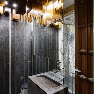 Идея дизайна: маленький туалет в современном стиле с мраморной плиткой, мраморным полом, монолитной раковиной, мраморной столешницей, серым полом, раздельным унитазом, черной плиткой, плоскими фасадами, черными фасадами и черной столешницей