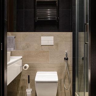 На фото: туалет в современном стиле с плоскими фасадами, белыми фасадами, инсталляцией, бежевым полом, белой столешницей и подвесной тумбой