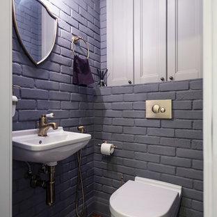 Стильный дизайн: туалет в стиле лофт с раздельным унитазом, серыми стенами, подвесной раковиной и разноцветным полом - последний тренд