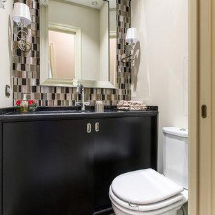 Свежая идея для дизайна: туалет в стиле современная классика с плоскими фасадами, черными фасадами, раздельным унитазом, коричневой плиткой, белыми стенами, врезной раковиной, мраморной столешницей и коричневым полом - отличное фото интерьера