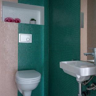 Идея дизайна: маленький туалет в современном стиле с бежевой плиткой, зеленой плиткой, плиткой мозаикой и серым полом