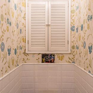 Idee per un bagno di servizio tradizionale con WC sospeso, piastrelle blu, piastrelle bianche, pareti multicolore e pavimento blu