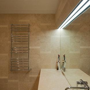 Свежая идея для дизайна: туалет среднего размера в современном стиле с бежевой плиткой, каменной плиткой, бежевыми стенами, полом из травертина, врезной раковиной и столешницей из травертина - отличное фото интерьера