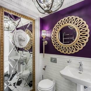 Неиссякаемый источник вдохновения для домашнего уюта: туалет в классическом стиле с белой плиткой, плиткой кабанчик, фиолетовыми стенами, мраморным полом, раковиной с пьедесталом и разноцветным полом